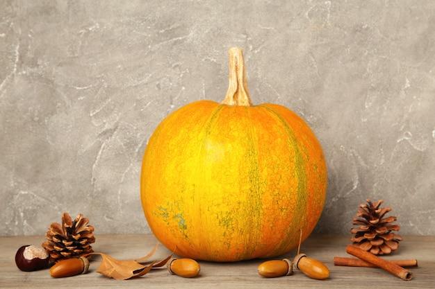 灰色の背景に秋の収穫と秋のカボチャ。上面図