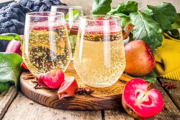 秋の赤いリンゴサイダーマティーニカクテル、リンゴのスライス