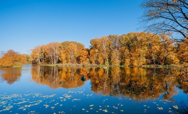 色とりどりの木々のある秋の川岸