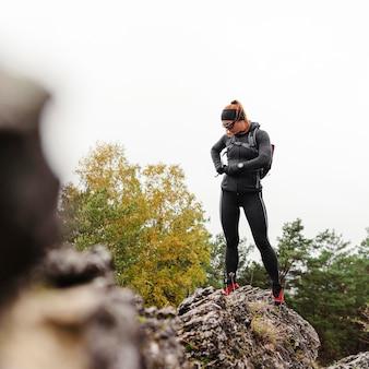 Осенний бег на открытом воздухе тренировки размытые камни