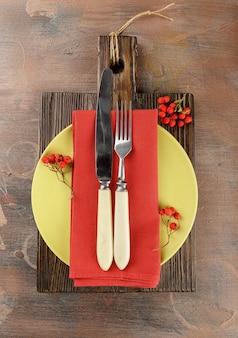 ベリーと秋の素朴なテーブルセッティング。上面図