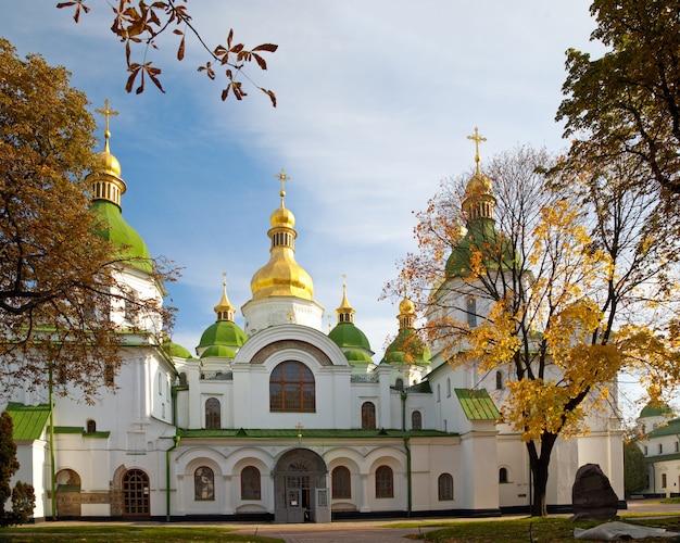 Осенний вид на здание церкви софийского собора. киев-центр города, украина.