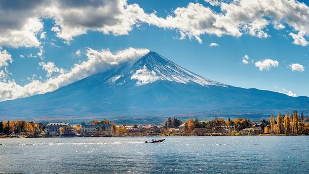 일본 가와구치 코 호수의 가을 시즌과 산 후지.