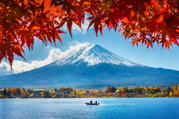 Осенний сезон и гора фудзи на озере кавагутико, япония.