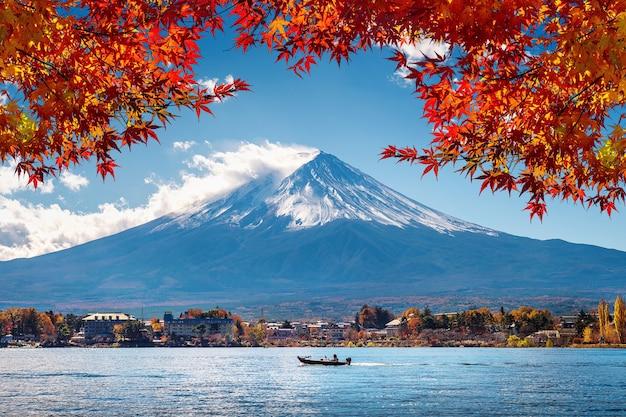 일본 가와구치 코 호수의 가을 시즌과 후지산.