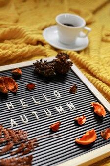 乾燥した葉と一杯のコーヒー組成物と秋のシーズンフラットレイコンセプト