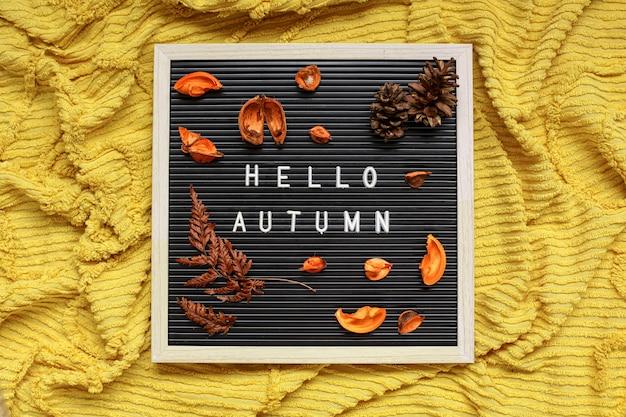 乾燥した葉の構成と秋の季節のフラットレイの概念