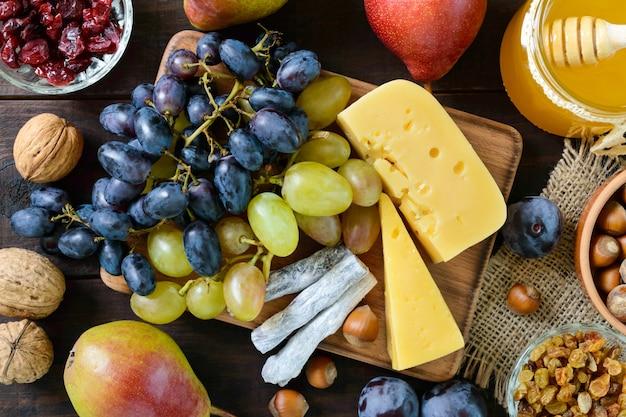 Осенний набор продуктов на деревянном столе