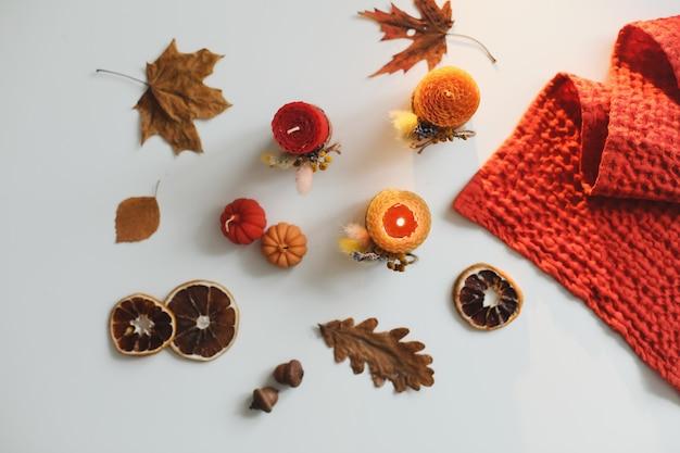 Осенний натюрморт и уютный домашний декор со свечами и текстилем hygge lifestyle