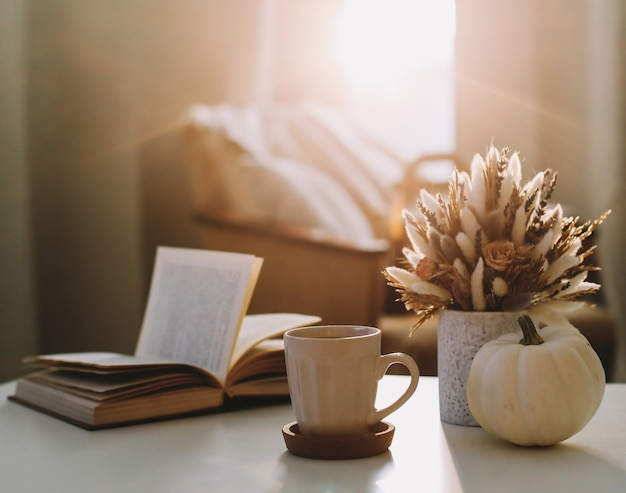 Осенний натюрморт и домашний декор в деревенском стиле с тыквенной книжкой и цветами