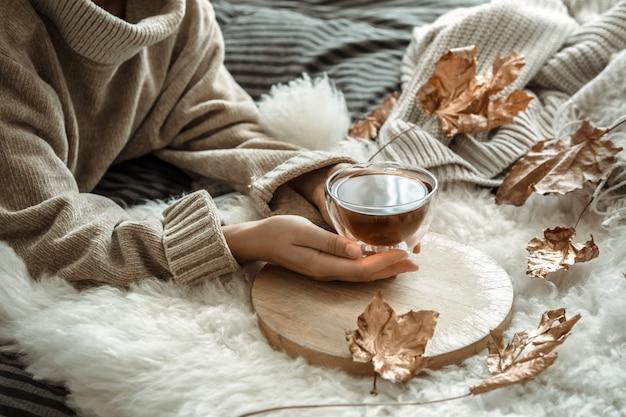 Осенний натюрморт девушка держит чашку чая.