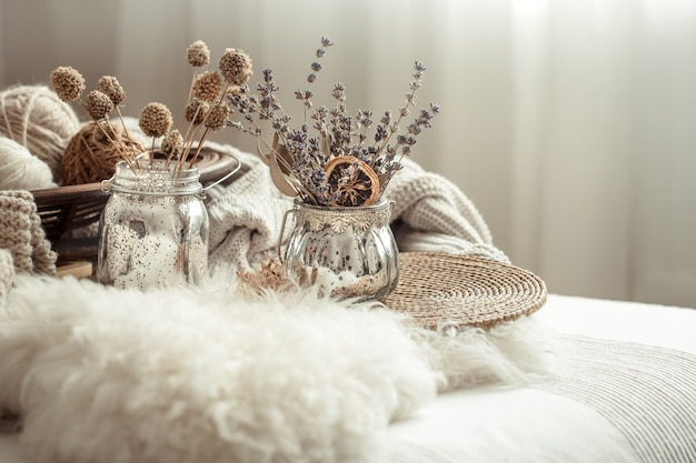 Осенний натюрморт домашнего декора в уютном доме.