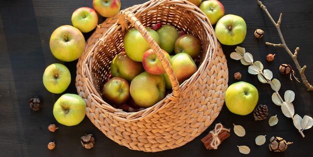 リンゴとナッツの秋の静物