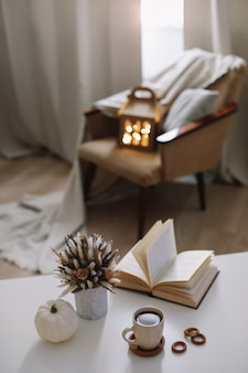 Осенний натюрморт. домашний декор в деревенском стиле. осеннее украшение дома. Premium Фотографии