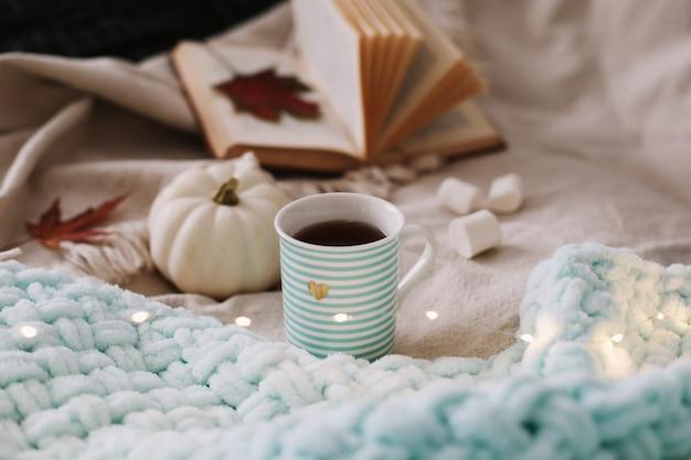 居心地の良い格子縞にコーヒーカップの花とカボチャと秋の静物