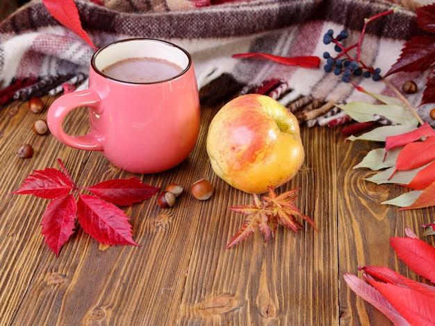 ココアとリンゴのカップと秋の静物。