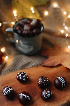 Осенний натюрморт со свежими сладкими каштанами хэллоуин день благодарения фон