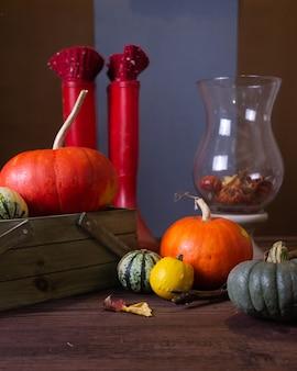 カボチャとキャンドルのある秋の静物