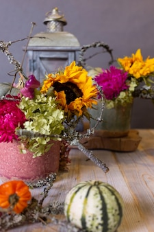 カボチャと花のある秋の静物