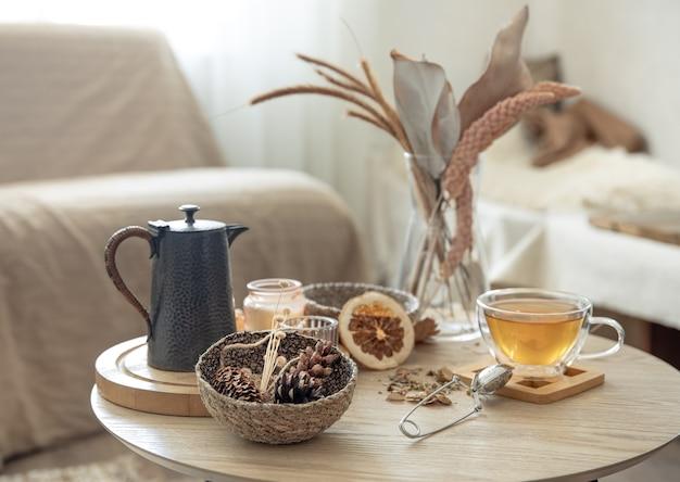 部屋の中にあるテーブルの上にお茶を置いた秋の静物、コピースペース。