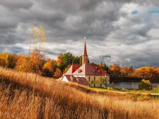 古い宮殿のある秋の日当たりの良い風景。ガッチナ。ロシア。