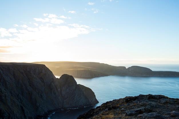 Осенний закат и пейзаж в нордкапе. северная норвегия
