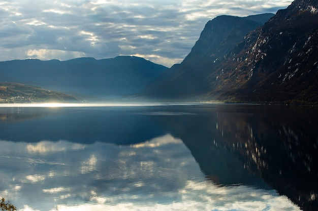 Осенний закат и пейзаж в северной норвегии. европа.