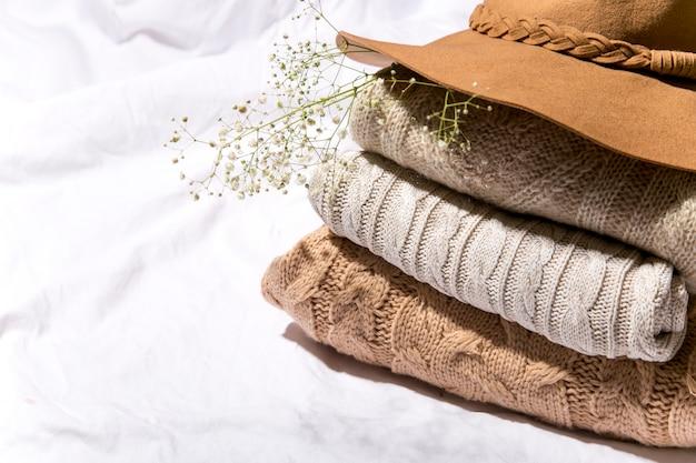 Осенние свитера укладываются в осеннюю концепцию