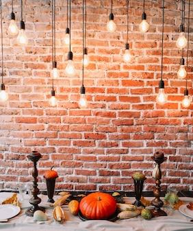 Осенняя сервировка стола на день благодарения с тыквами и свечами