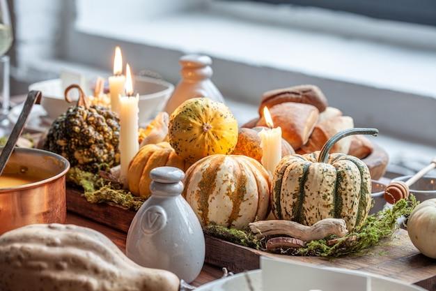 カボチャと秋のテーブルセッティング。感謝祭の休日のディナーと秋の装飾。