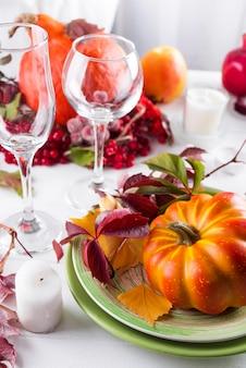 カボチャの秋のテーブルの設定。
