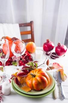 カボチャの秋のテーブルの設定。 Premium写真