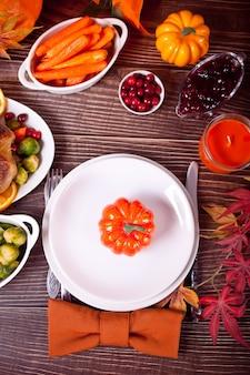 カボチャと秋のテーブルセッティング。