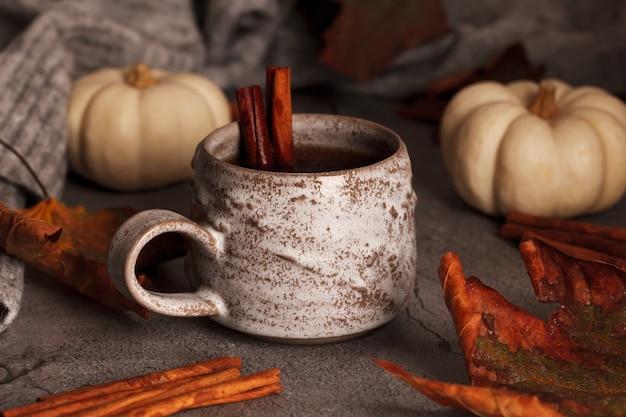 シナモンと秋のお茶。秋のシーンのお茶。紅葉とカボチャ