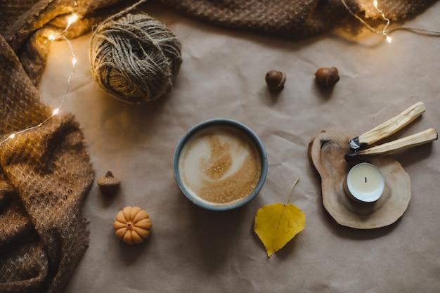Осенняя пора уютный домашний декор хюгге с чашечкой из свечей в клетку