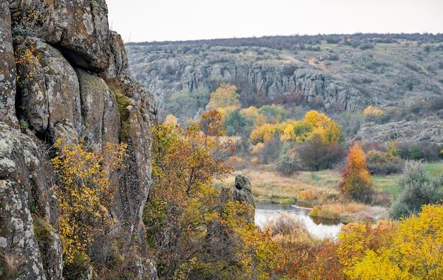 주변의 가을 나무와 큰 돌 바위