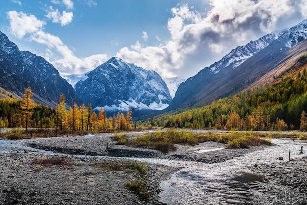 北チュイスキー山脈アルタイロシアの氷河のふもとにあるアクトル川の秋の谷