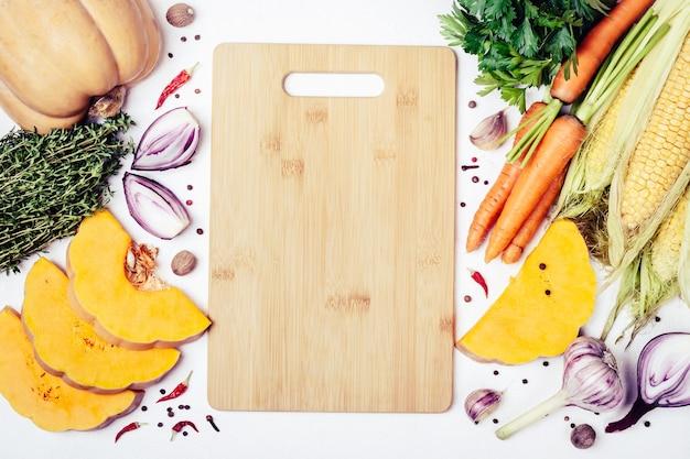 Autumn vegetable nutrition ингредиенты для вкусной вегетарианской кулинарии и разделочной доски.