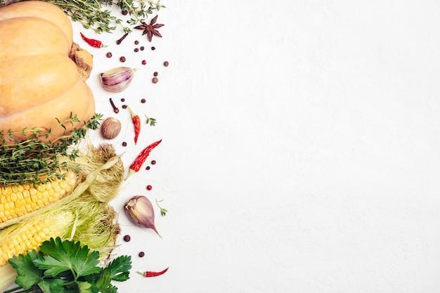 가 야채와 흰색 바탕에 향신료입니다. 건강하고 채식 음식 재료.
