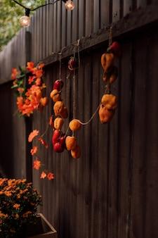 柵に掛かっている秋の野菜