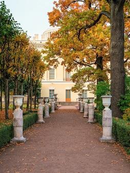 パブロフスクのパブロフスク宮殿近くの皇后マリア・フョードロヴナのプライベートガーデンの秋の垂直ビュー。ロシア。