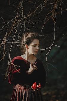Осенние флюиды. готический стиль брюнетка в темно-красной ткани