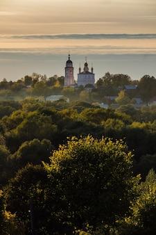 Осенний вид на боровск на закате, калужская область, россия.
