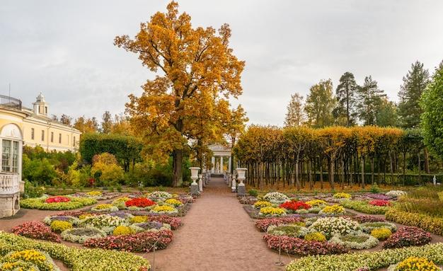 パブロフスクのパブロフスク宮殿近くの皇后マリア・フョードロヴナの庭園の秋の眺め。ロシア。