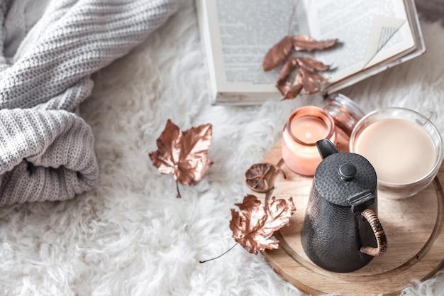 Autunno-inverno accogliente casa ancora in vita con una tazza di bevanda calda.