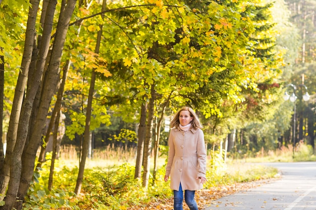 가을 여자와 가을 노란 단풍 정원 배경