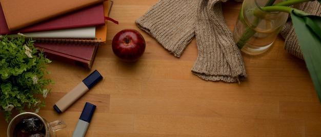 Осеннее рабочее пространство с копией пространства, канцтовары, тетради, свитер и украшения на деревянный стол