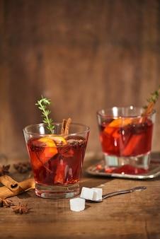 素朴な木の表面にレモン、シナモンスティック、アニススターとお茶の秋のコンセプト