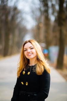 Осенняя мода женщин. привлекательная молодая стильная модель позирует на открытом воздухе. модная девушка в модной одежде, прогулки в парке.