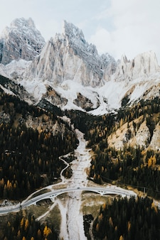 Осенний лес и прекрасные итальянские доломиты